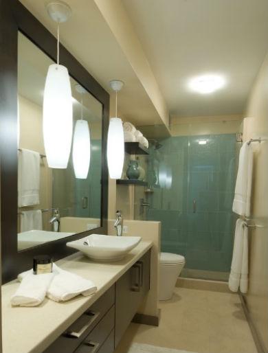 Wąska łazienka, fot.: Archipelago Hawaii Luxury Home Designs