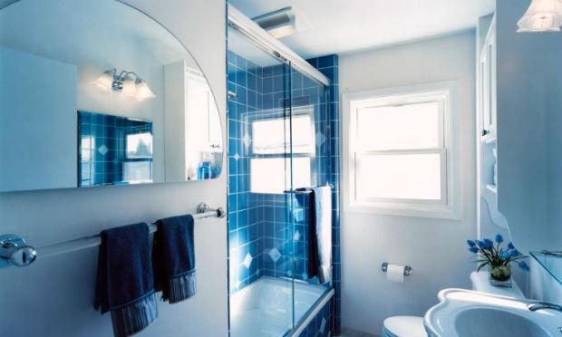 Wąska łazienka z prysznicem we wnęce, fot.: Design Set Match