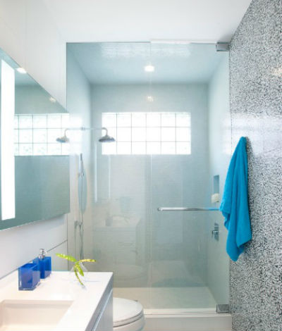 Wąska łazienka z prysznicem, fot.: DKOR Interiors