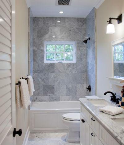 Wąska łazienka z wanną pod oknem, fot.: Flagg Coastal Homes
