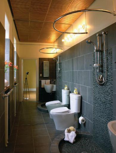 Wąska łazienka z prysznicem, fot.: Gardner Mohr Architects