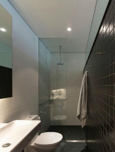 Wąska łazienka, fot.: Sam Crawford Architects