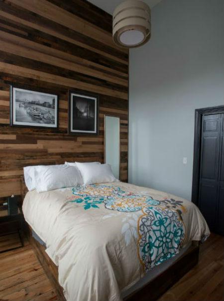 Drewniana ściana w sypialni, fot.: Jason Snyder