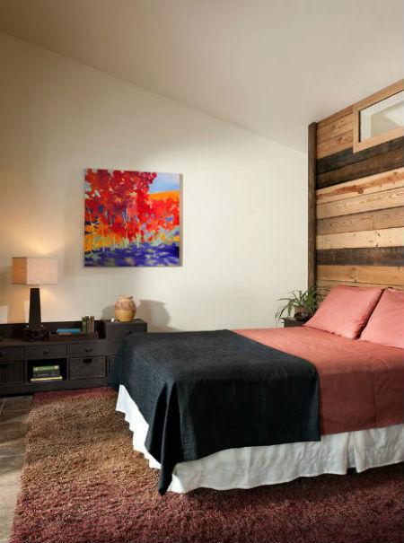 Deski ułożone na ścianie w sypialni, fot.: Mindful Designs