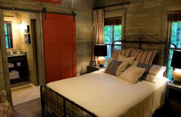 Drewniany dom i drewniane ściany wewnątrz domu, fot: Pine Mountain Builders