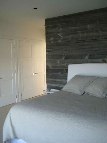 Szare deski na ścianie w sypialni, fot.: Searl Lamaster Howe Architects