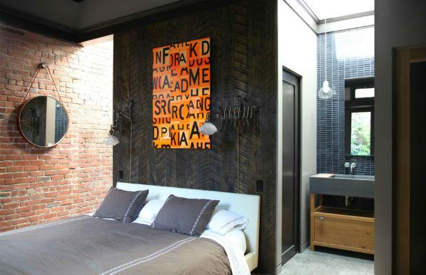 Stare deski na ścianie w sypialni, fot.: Union Studio