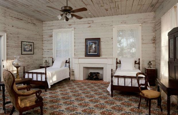 Drewniana ściana w sypialnia, fot.: Volz O`Connel Huston