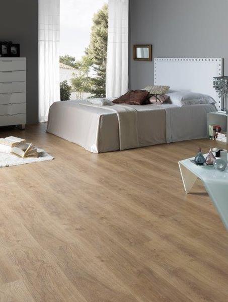 Wzór egzotycznego drewna na panelach podłogowych