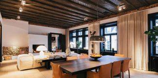 Apartament z drewnianym sufitem