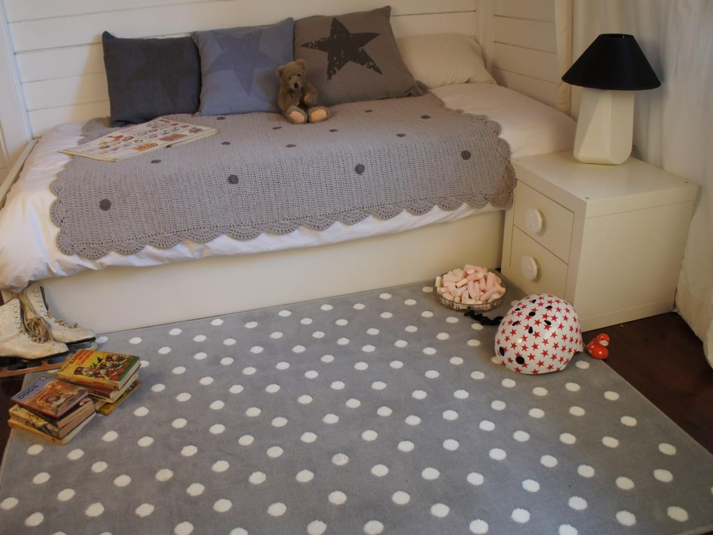 szara sypialnia z dywanem w kropki; źródło: allotapis.com