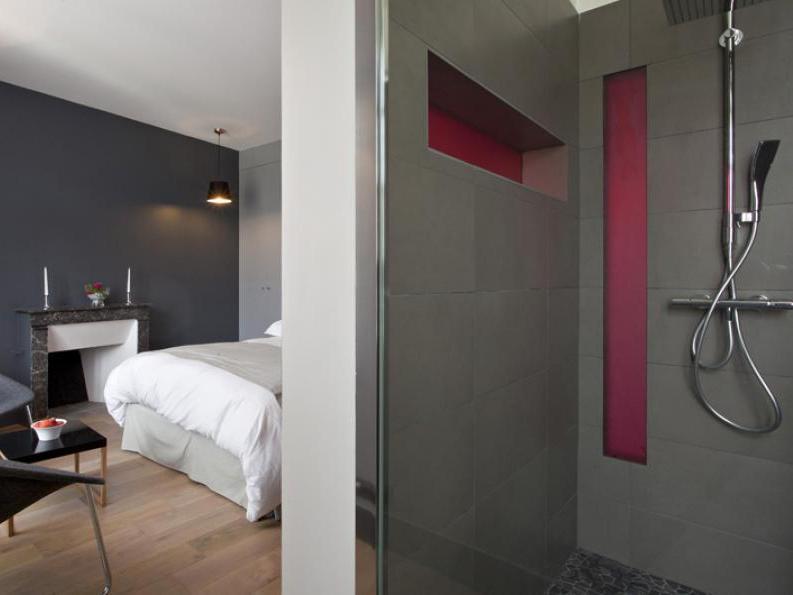 szara sypialnia z szarą łazienką; źródło: templiers-charroux fr