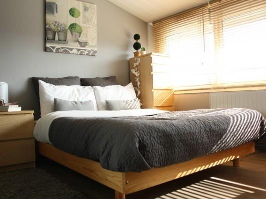 szara sypialnia z drewnianymi meblami; źródło: blogs.cotemaison.fr