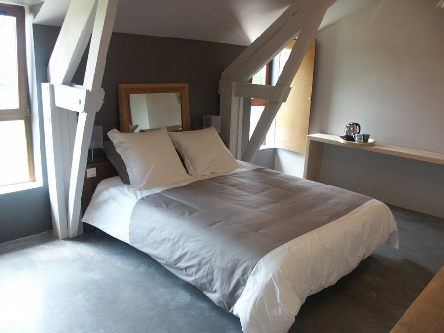 szara sypialnia na poddaszu; źródło: gites-de-france.com