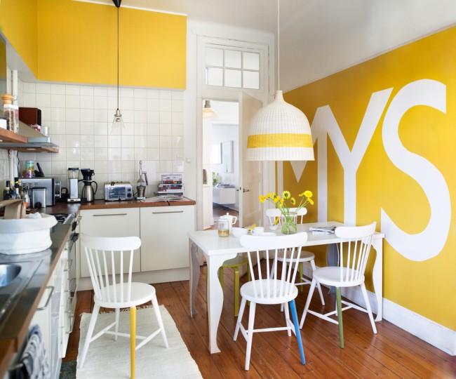 Żółta ściana z napisem na ścianie, fot. Beckers