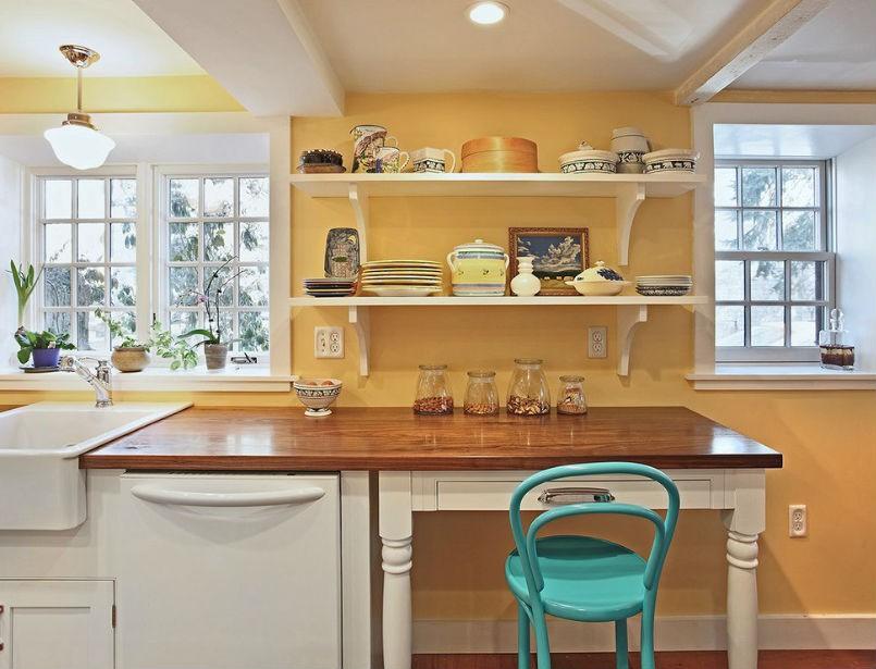 Żółte ściany i białe meble w kuchni, fot. Luciano Group