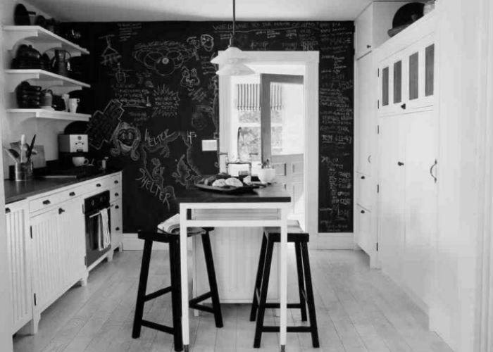 czarne ściany w kuchni, fot.: Schappacher White Architecture
