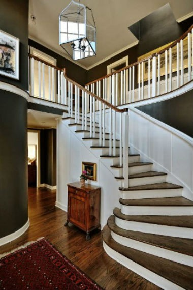 czarne ściany na klatce schodowej, fot.: Thpmas Jacobson Construction