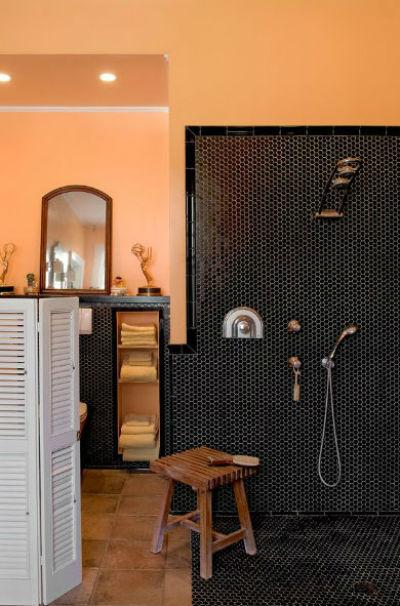 czarne ściany w mieszkaniu, fot.: Crisp Architects