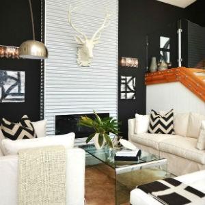 Czarna ściana w salonie, fot.: Dawna Jones Design