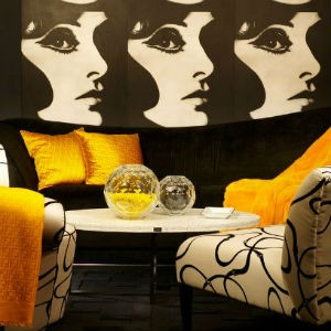 czarne ściany w salonie, fot.: Tracy Murdock Allied Asid