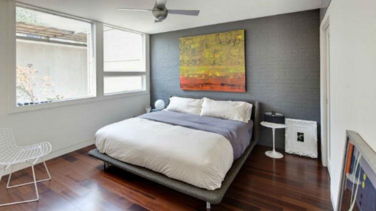 Pomalowana na szary kolor cegła w sypialni, fot.: agruppo.com