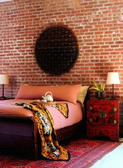 Cegła czerwona na ścianie w sypialni, fot.: Amy Lau Design