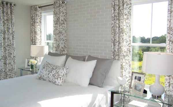 Biała cegła na ścianie w sypialni, fot.: Carlynco.com