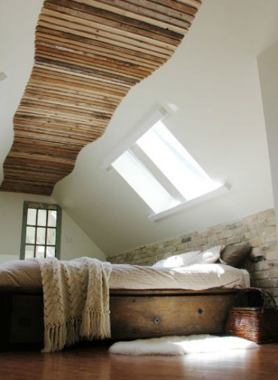 Cegła w kolorze piaskowym na ścianie w sypialni, fot.: firededesign.ca