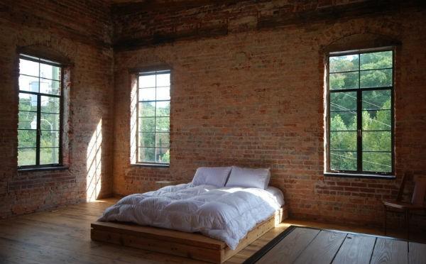 Czerwona, klasyczna cegła w sypialni  fot.: studiobina.com