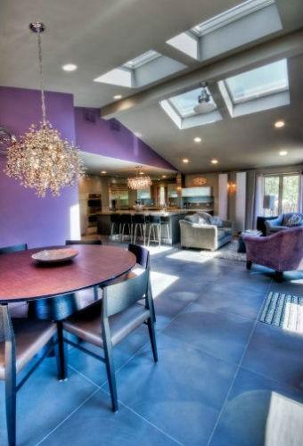 Fioletowa ściana w kuchni, fot.: JB Architecture Group
