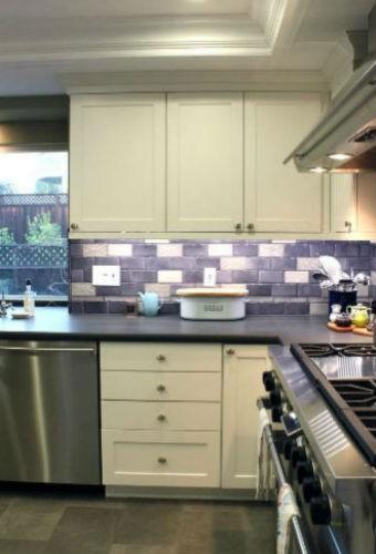 Fioletowe i białe płytki na ścianie w kuchni, fot.: Story and Space
