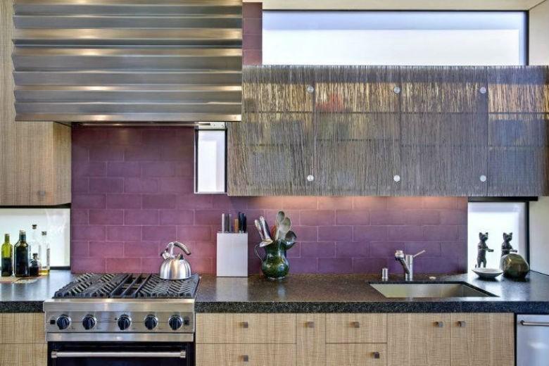 Fioletowe płytki w kuchni, fot.: Wa Design
