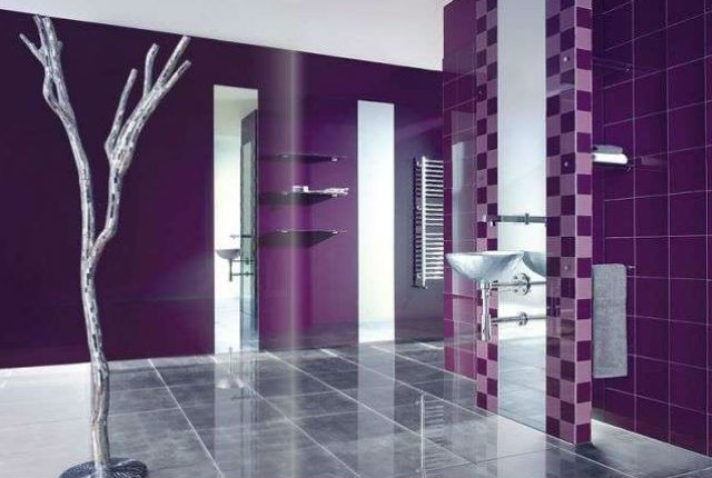 Fioletowa ściana w łazience, fot.: solarnovo.com