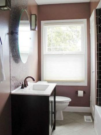 Fioletowo-wrzosowa ściana w łazience, fot.: Design and Color Guidance