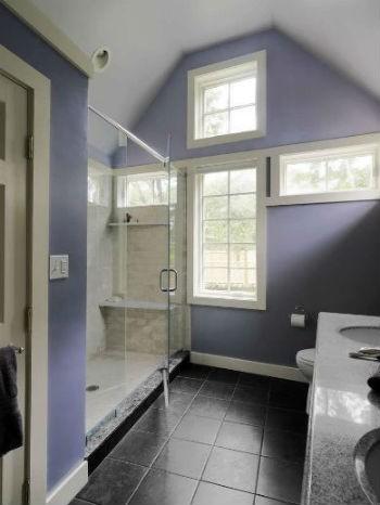 Fioletowa, a raczej jagodowa ściana w łazience, fot.: Susan Teare