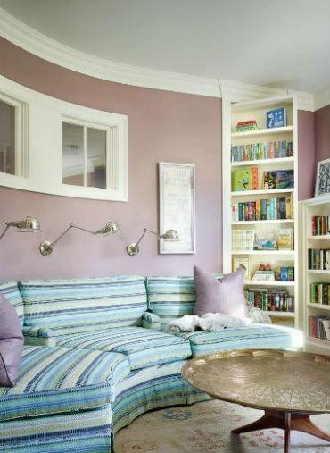 Wrzosowy kolor na ścianie w pokoju dziennym, fot.: A Perry Homes