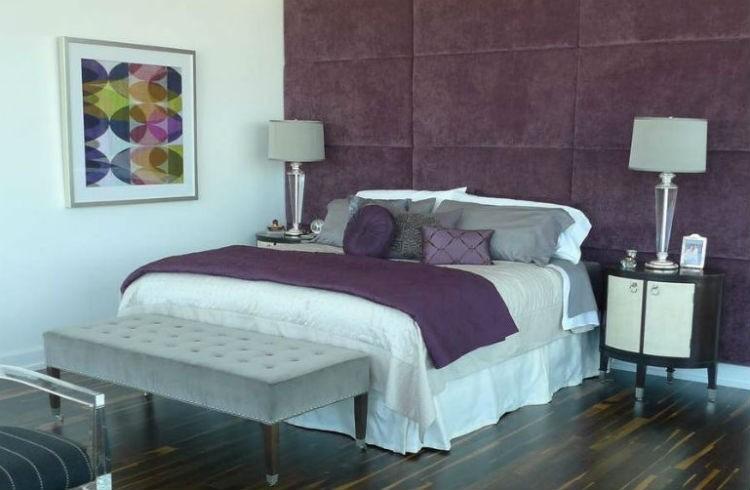 Fioletowa ściana w sypialni, fot.: Beth Wooke