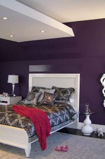 Fioletowa ściana w sypialni i białe meble, fot.: Nina Sobinina Design