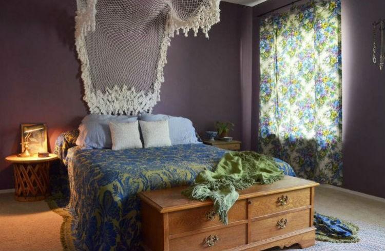 Fioletowa ściana w sypialni, fot.: Sarah Greenman