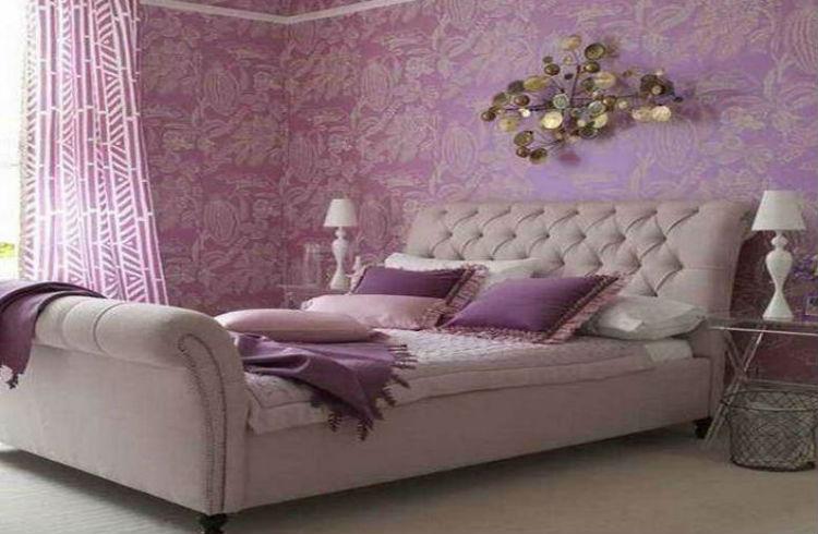Fioletowa tapeta w sypialni