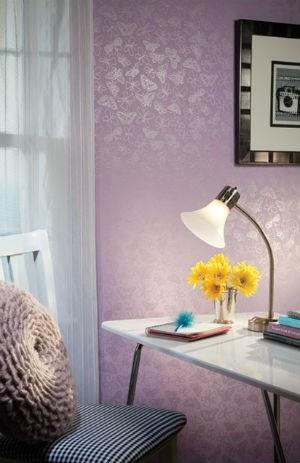 Fioletowa tapeta w deliktany wzór motyli, fot.: Beautiful Home