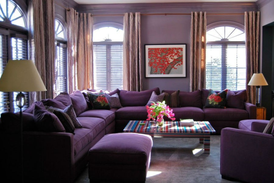 Salon cały we fiolecie - zarówno ściana jak i kanapy, fot.: David Anthony Chenault