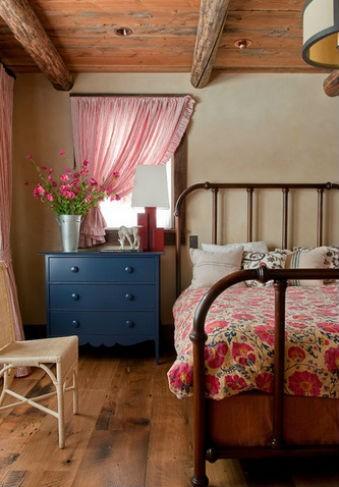 Polne kwiaty w sypialni, fot.: Pearson Design Group