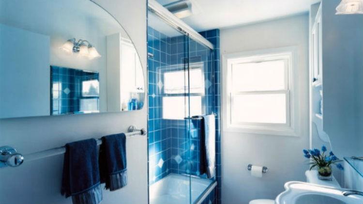wąska łazienka z oknem