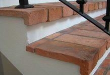 Stara cegła na podłodze, schodach i tarasie