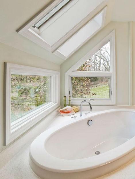 Białe ściany w łazience, źródło: Luminosus Designs