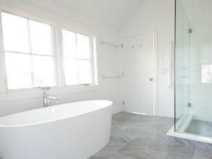 Białe ściany w łazience, fot.: the8020house.com