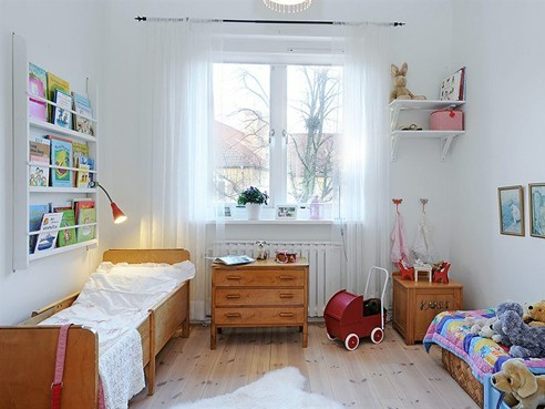 biały pokój dziecka z wózeczkiem; źródło: nietylkodzieciaki.p