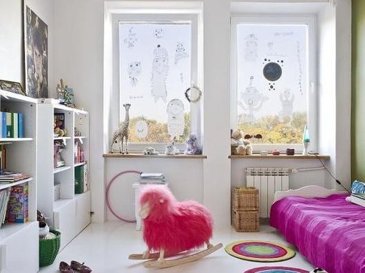 biały pokój dziecka z bujakiem; źródło: dlarodzinki.pl
